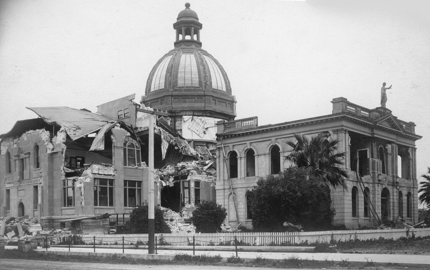Archival photo showing the damage caused by the 1906 earthquake on the county courthouse